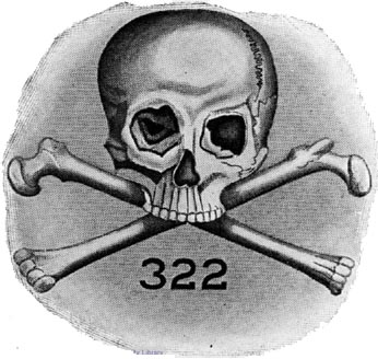 Logo Skull & Bones. Bron: https://en.wikipedia.org/wiki/Skull_and_Bones#/media/File:Bones_logo.jpg (Public Domain)..