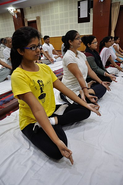 Bron: https://commons.wikimedia.org/wiki/File:Padmasana_-_International_Day_of_Yoga_Celebration_-_NCSM_-_Kolkata_2015-06-21_7417.JPG